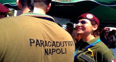 Rotonda Diaz Napoli, i paracadutisti dell'A.N.P.d'I. atterrano sulla spiaggia del «Lido Mappatella»