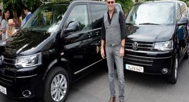 Kevin kostner in giro su una Multivan di Wolkswagen