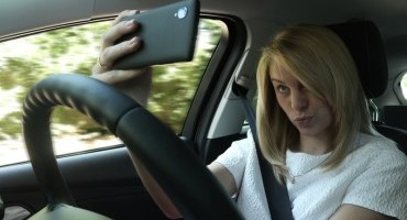 """Distrazione alla guida: 1 giovane su 4 scatta """"selfie"""" durante la conduzione di un veicolo"""