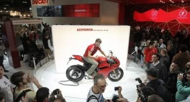 Carlos Checa e la Ducati 1299 Panigale infiammano il pubblico dell'EICMA 2014