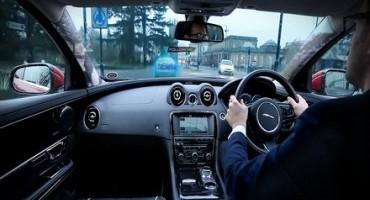 """Jaguar Land Rover intensifica lo sviluppo dei """"montanti trasparenti"""" e della navigazione """"Follow Me con Ghost Car"""""""
