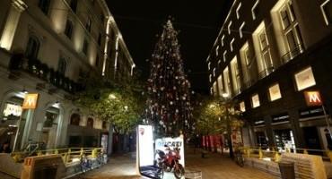 Ducati accende l'albero di Natale in Piazzetta della Croce Rossa a Milano