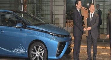 Toyota Motor Corporation: Akio Toyoda consegna la prima Mirai al Primo Ministro Giapponese