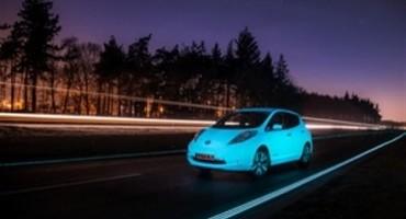"""Nissan, LEAF percorre la """"Smart Highway"""", prima autostrada dotata di vernice fluorescente"""