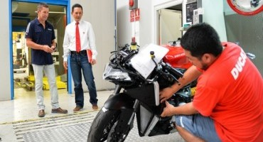 Troy Bayliss in visita allo stabilimento Ducati Motor Thailand