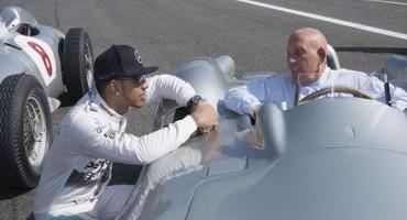 Rievocare i 60 anni di successi di Mercedes attraverso una sfida oltre il tempo, su una pista leggendaria