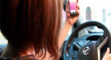 Distrazioni alla guida, da una ricerca di ATeT più selfie che tweet al volante