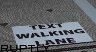 Anversa sperimenta la corsia per chi usa lo smartphone