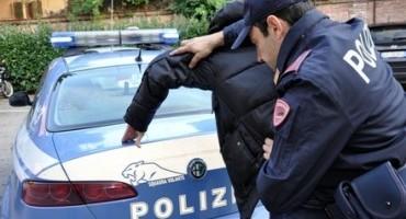 Guida spericolata per fuggire ai poliziotti: è resistenza a pubblico ufficiale
