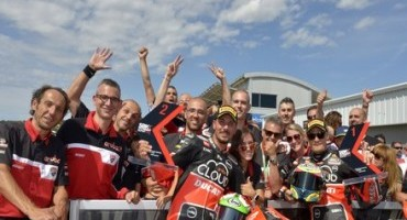 WSBK 2015, Laguna Seca: Chaz Davies conquista la sua prima Superpole con l'Aruba.it Racing – Ducati Superbike Team, Giugliano è secondo