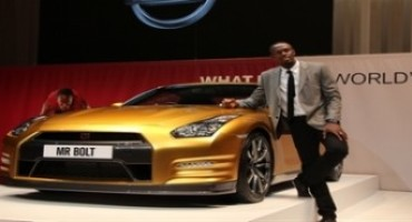 Usain Bolt, oro ai Mondiali di atletica di Pechino 2015, riceve da Nissan una GT-R color oro, come le sue medaglie