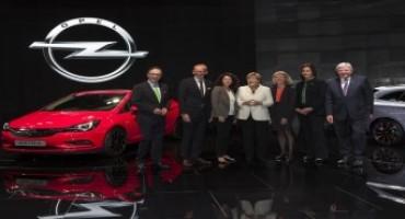 Salone di Francoforte 2015, stand Opel: consegnata un'Astra in miniatura alla Cancelliera Merkel