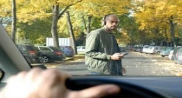 Telefonare e inviare messaggi mentre si attraversa. Lo studio di Ford sulle distrazioni dei pedoni