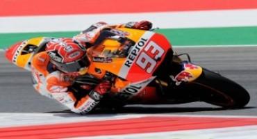 MotoGp 2015, GP Australia: Marquez sorprende tutti con un giro record e vince su Lorenzo, Iannone e Rossi