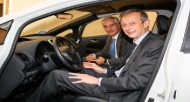 Nissan Italia consegna a Piero Fassino una LEAF, l'auto elettrica più venduta al mondo
