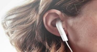 Auricolari alla guida: sono ammessi ma devono impegnare un solo orecchio