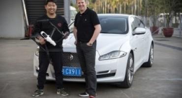 Lo stuntman Mark Higgins alla guida della Jaguar XJ sfida un drone in un entusiasmante inseguimento