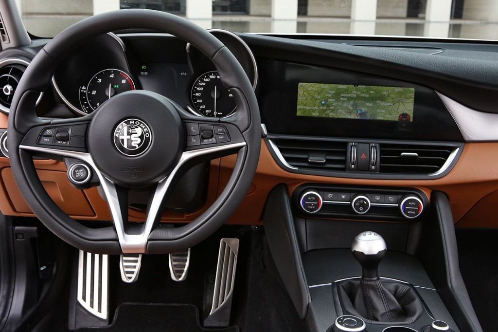 2016_Alfa-Romeo_Giulia_29