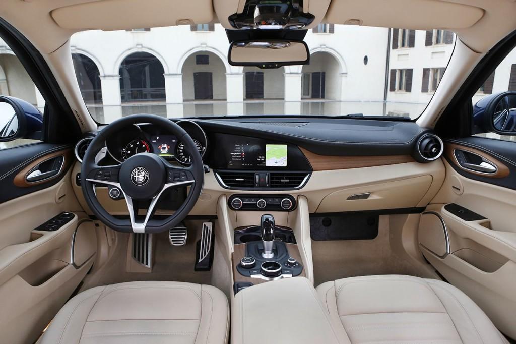 2016_Alfa-Romeo_Giulia_30