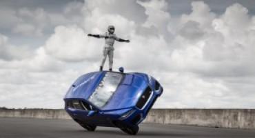 La Jaguar F-Pace sfida la gravità su due ruote!