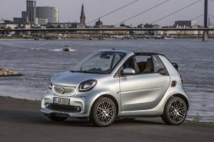 smart BRABUS fortwo cabrio; Exterieur: caribbean blue; Xclusive Kraftstoffverbrauch kombiniert: 4,6 l/100 km; CO2-Emissionen kombiniert: 104 g/km; exterior: caribbean blue; Xclusive fuel consumption combined: 4.6 l/100 km; CO2 emissions combined: 104 g/km