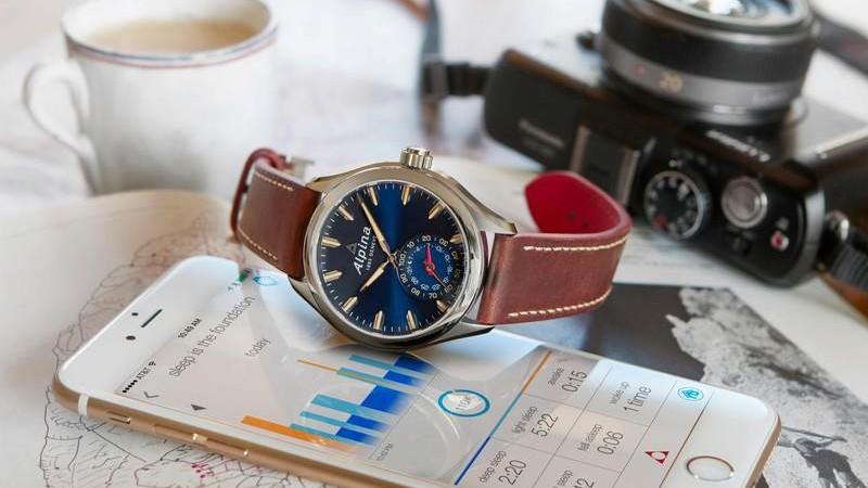 Alpina presenta il nuovo Horological Smartwatch blu
