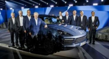 Il CEO di Porsche Oliver Blume svela in anteprima la nuova Cayenne