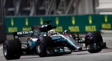 Formula 1 – GP Singapore, trionfo di Lewis Hamilton davanti a Ricciardo e Bottas. Disastro Ferrari