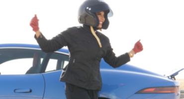 La saudita Aseel al Hamad festeggia la revoca del divieto di guida al volante di una Jaguar